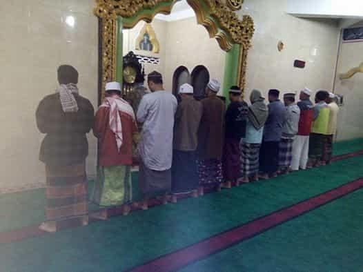 Jamaah shalat Subuh di masjid